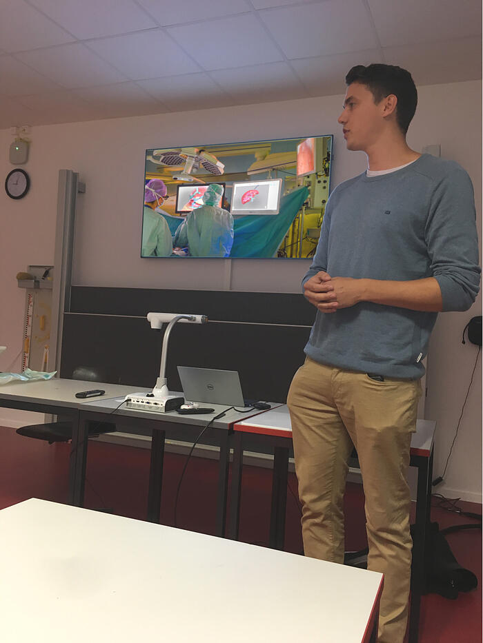Benjamin Eigl, software engineer at CAScination, is presenting his work to students at Hofwil Gymnasium.